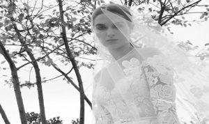"""بالصور: """"عروس إيلي صعب"""" لخريف 2019… عصرية وغنية بالتفاصيل"""