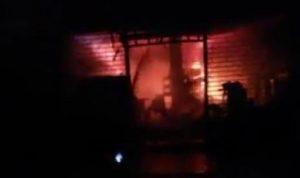إخماد حريق في محال للأدوات الكهربائية في الزرارية