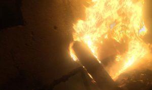 إخماد حريق داخل مستودع مهجور في الليلكي