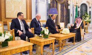 الملك سلمان يتسلم رسالة من الرئيس المصري