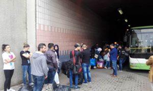 نازحون سوريون يغادرون المدينة الرياضية