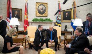 بالصور والفيديو.. القس برانسون يصلي من أجل ترامب
