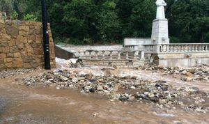 بالصور والفيديو: السيول تغمر بلدة عينطورين