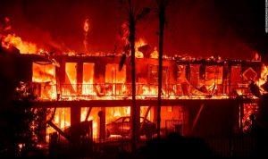 بالفيديو: حرائق هائلة تجتاح كاليفورنيا.. قتلى وتدمير آلاف المنازل!