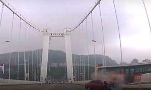 بالفيديو: سقوط حافلة في نهر بالصين… بسبب راكبة غاضبة