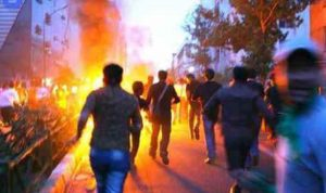 إيرانيون يحرقون صور رموز النظام الإيراني
