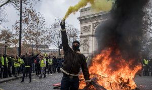 بالصور والفيديو: أعمال شغب وحرائق وحجارة… الشعب يتحدّى الدولة في باريس
