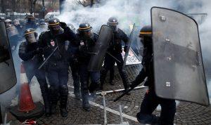 """""""السترات الصفراء"""" تطوّق باريس… والشرطة تتصدّى بالغاز وخراطيم المياه"""