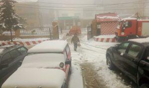 في كفردبيان.. الدفاع المدني يسحب حافلة علقت في الثلج