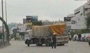 بالفيديو: شاحنة معطلة على طريق الحازمية