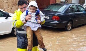 بالصور: إنقاذ مواطنين احتجزتهم السيول في البترون