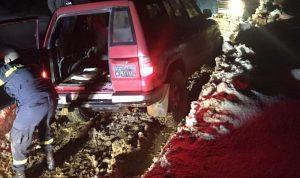 سحب سيارتين علقتا بالوحول بصنين ومواطنين علقوا بالثلوج بكفريا