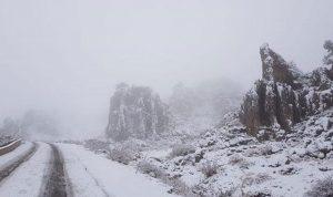 الثلوج تحتجز أشخاصًا على طريق القموعة القبيات