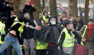 """شاحنة تصدم أحد متظاهري """"السترات الصفراء"""" بفرنسا"""