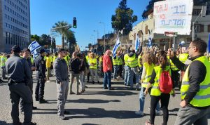 """بالصور: """"السترات الصفر"""" في إسرائيل تتظاهر ضد نتنياهو"""