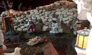 بالصور: بلديّة جدّايل تضيء مغارة الميلاد وزينة العيد