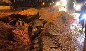 بالصورة: سقوط سيارة في حفرة!