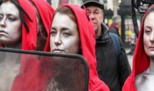 بالفيديو: ناشطات بصدور عارية في شوارع باريس