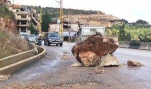 إنهيار صخري على طريق بخعون طاران في الضنية
