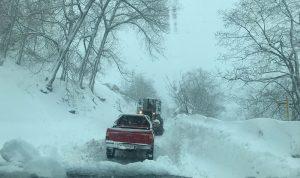 الطقس العاصف مستمر… والثلوج تلامس الـ900 متر