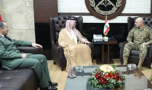 قائد الجيش عرض وبخاري علاقات التعاون العسكري بين البلدين