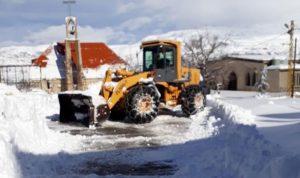 إزالة الثلوج المتراكمة على طريق ترشيش