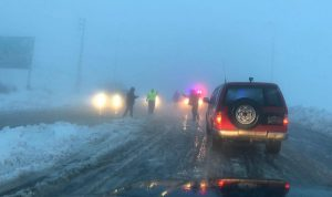 إنقاذ مواطنين حوصروا بالثلوج على طريق ضهر البيدر