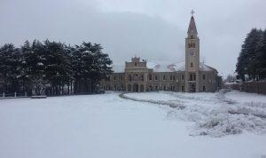 الثلوج تغطي مناطق بشري وتلامس مشارف الوادي المقدس