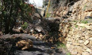 انهيار صخور وأتربة في بلدة عين التينة- الضنية