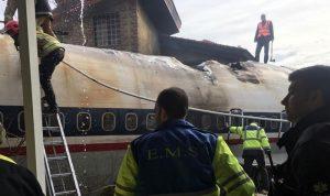 بالفيديو والصور: 15 قتيلاً بتحطم طائرة للجيش الإيراني