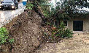 انهيار حائط في خريبة الجندي وسقوط شجرة كبيرة على منزل
