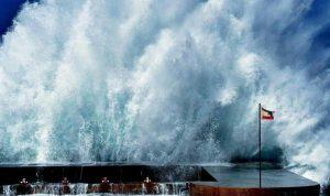 بالفيديو: انهيار حائط وتحطّم سيارة بسبب العاصفة