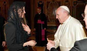 ملكة جمال لبنان تزور البابا فرنسيس في الفاتيكان
