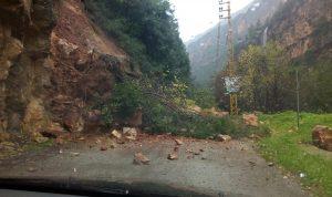 صخور وأتربة تقطع طريق نهر إبراهيم يحشوش