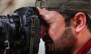 دموع مصور عراقي بعد خسارة منتخبه تأسر مواقع التواصل