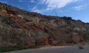 بالفيديو والصور: انهيار ضخم للاتربة والصخور عند اتوستراد صيدا – صور