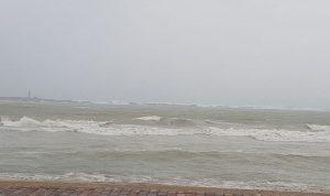 بسبب العاصفة.. الأمواج جرفت محتويات منازل في صور
