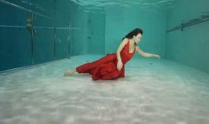 بالفيديو: رقصا لـ3 دقائق ونصف تحت الماء دون أوكسيجين!