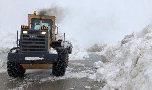 رفع الثلوج المتراكمة على طريق زحلة ترشيش