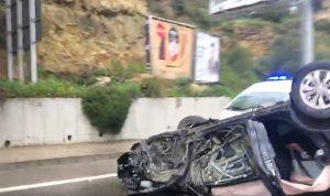 بالفيديو: انقلاب سيارة على أوتوستراد اليرزة باتجاه الجمهور