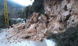 انهيارات صخرية تقطع طريق أكروم عندقت