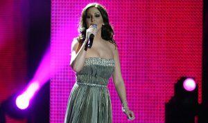 إليسا تخرج عن المألوف وترقص بحفلها في دبي (بالفيديو)