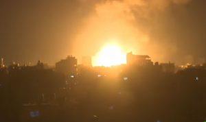 ردا على إطلاق بالونات حارقة.. إسرائيل تقصف غزة