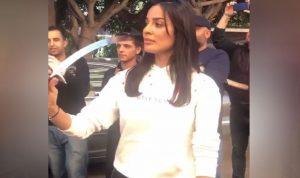 بالفيديو: نادين نجيم ترقص بالسيف في عيد ميلادها
