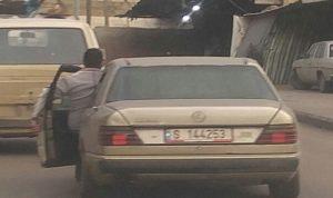 في طرابلس… لبناني يقود سيارته من خارجها لهذا السبب!