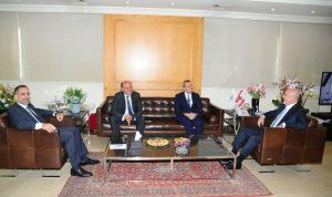 فنيانوس عرض مع السفير البريطاني العلاقات الثنائية