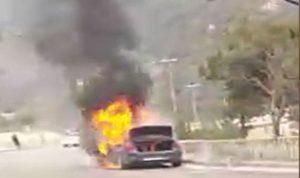 بالفيديو: سيارة تشتعل على أوتستراد المتن