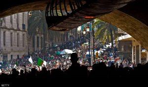 عشرات آلاف الجزائريين في الشوارع.. ولغز حول طائرة الرئيس (صور)