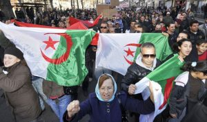 الجزائر: استقالات نيابية وتظاهرات حاشدة