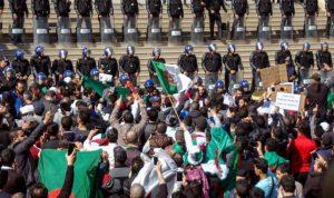 الآلاف يتظاهرون في الجزائر: التغيير الآن